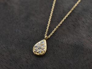 ペアシェイプ型ダイヤモンドネックレス